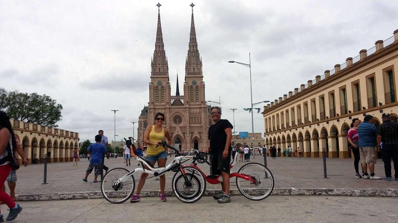 Joela Parisi y Luciano López Fuente en Luján con sus Hi-Bent
